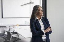 Старшого бізнес-леді в офісі — стокове фото