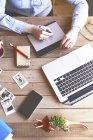 Illustrator arbeitet zu Hause mit einem Grafik-Tablet — Stockfoto