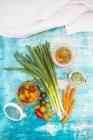 Маринованный лук и помидоры и ферментированных морковь в очках — стоковое фото