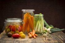 Маринованный лук и морковь брожения — стоковое фото