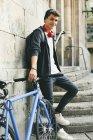 Adolescente con una bici fixie in città, sorridente alla fotocamera — Foto stock