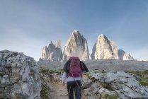 Італія, Альто-Адідже, Доломітові Альпи, жіночий мандрівного перед Tre колишнього-ді-Lavaredo — стокове фото
