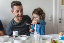 Père et fille déjeunent ensemble — Photo de stock