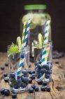 Bicchieri d'acqua infusa con calce — Foto stock