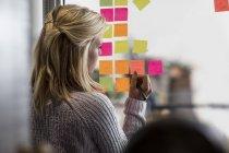 Professionisti creativi che utilizzano note adesive — Foto stock