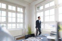 Geschäftsmann steht am Fenster — Stockfoto