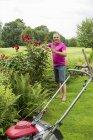 Чоловік доглядає за троянди в саду — стокове фото