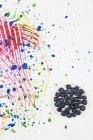 Bol de bleuets frais sur papier pâte colorée — Photo de stock