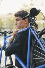 Підліток, несучи fixie велосипед в місті — стокове фото
