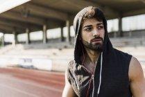 Молодий чоловік, одягнений капюшоном тартановим трек — стокове фото