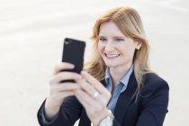 Empresária tendo selfie com smartphone — Fotografia de Stock