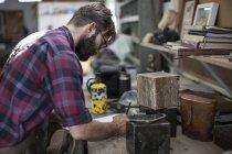 Бородатого мужчини в майстерні малювання, сторона подання — стокове фото