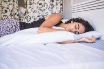 Kaukasische Mädchen schlafend im Bett zu Hause — Stockfoto