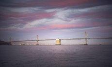 Puente de la Bahía al atardecer - foto de stock