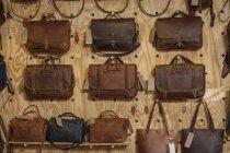 Кожаные мешки висят на стене — стоковое фото