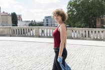 Germany, Berlin, portrait of smiling young woman outdoors — Stock Photo
