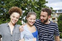 Três amigos felizes ao ar livre — Fotografia de Stock
