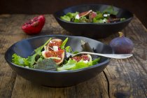 Fresh leaf and fig salad in bowl — Stock Photo