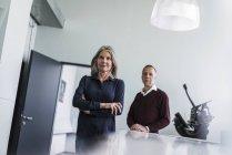 Senior mulher e homem no cargo — Fotografia de Stock
