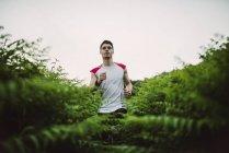 Mann läuft in der Natur — Stockfoto