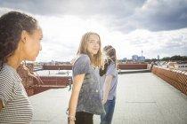 Германия, Берлин, трех девочек-подростков на крыше — стоковое фото