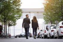 Empresário e empresária andando na cidade — Fotografia de Stock