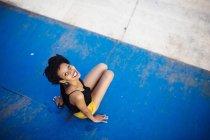 Donna sorridente seduta in uno skatepark — Foto stock