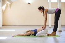 Yoga prénatal, instructeur d'yoga femelle, position de l'enfant — Photo de stock