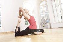 Mulher em ioga pose esticando-se — Fotografia de Stock
