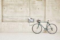 Biciclette al muro di cemento — Foto stock