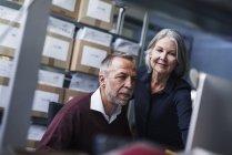 Senior mujer y hombre en una fábrica de - foto de stock