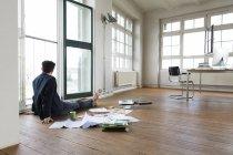Homme d'affaires travaillant pieds nus sur le plancher — Photo de stock