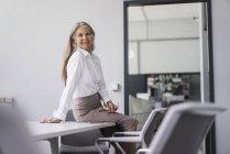 Smiling senior businesswoman — Stock Photo