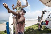 Uomo donna emozionante di sollevamento — Foto stock