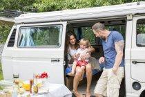 Familie beim Mittagessen im Lieferwagen — Stockfoto