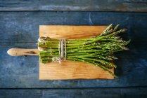 Купка зеленої спаржі. — стокове фото