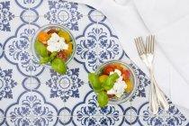 Gläser frisches Blatt und Gemüsesalat — Stockfoto