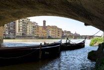 Barcos bajo el puente de Ponte - foto de stock