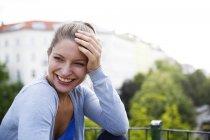Heureuse jeune femme à l'extérieur — Photo de stock