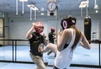Jovem mulher no ginásio fazendo treinamento de autodefesa — Fotografia de Stock