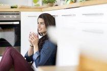 Junge Frau mit Kaffee — Stockfoto