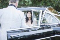 Sposo e sposo seduti in auto d'epoca — Foto stock