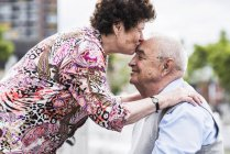 Ehemann von leitenden Frau küssen — Stockfoto