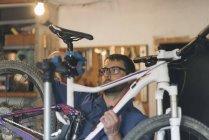 Механік в майстерні з ремонту велосипедів — стокове фото