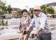 Couple de personnes âgées se promener en ville — Photo de stock
