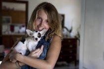 Улыбающаяся женщина с собакой — стоковое фото