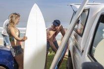 Freunde holen Surfbretter aus Auto — Stockfoto