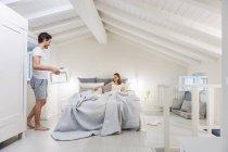Пара в постели с подносом для завтрака — стоковое фото