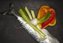Sgombro crudo con peperoni — Foto stock