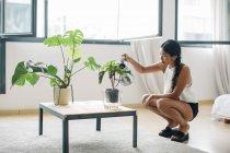 Mulheres que regam plantas — Fotografia de Stock